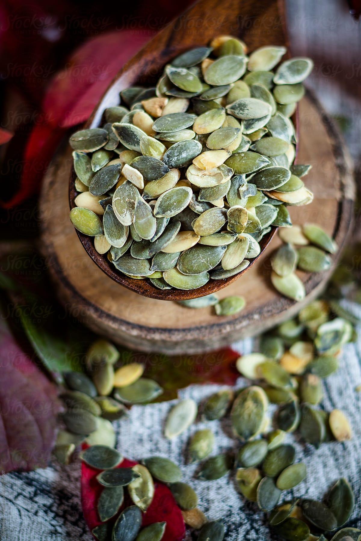 semillas de calabaza en cuchara de madera