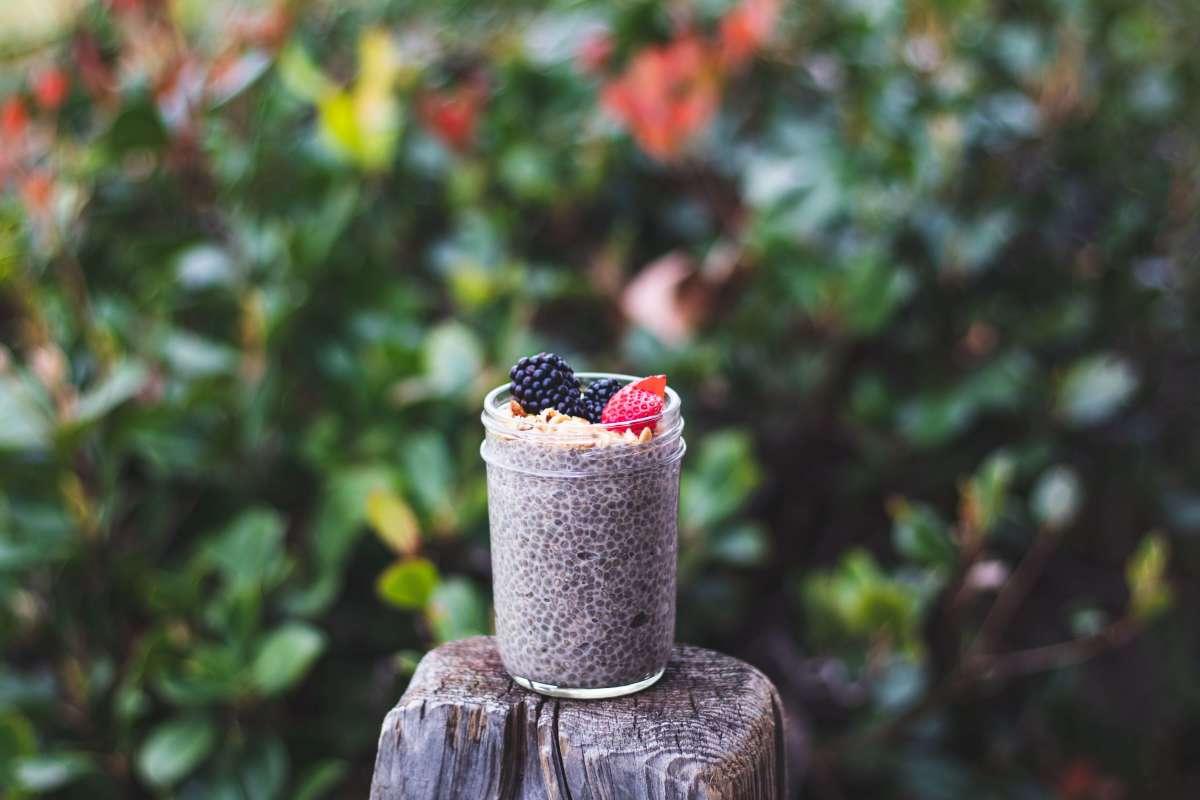 semillas chía en recipiente con frutos del bosque